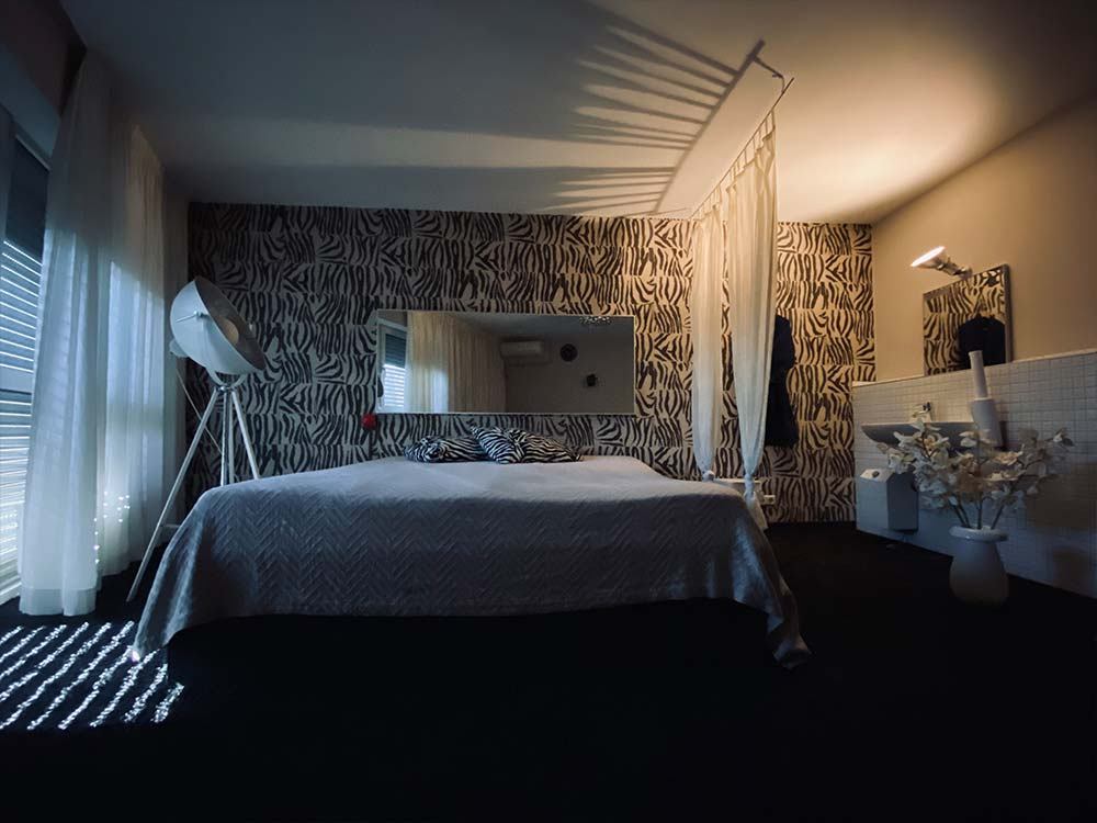 Zimmeransicht mit Bett im Candyshop Bordell